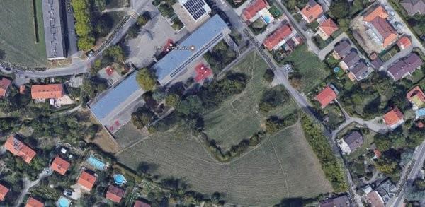 Il est prévu que le bâtiment jouxte l'école d'Aïre (toit bleu sur l'image). (Photo: Google)