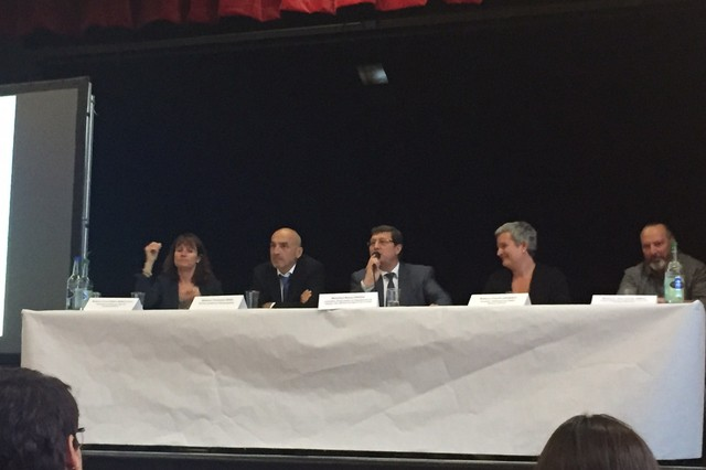 Le conseiller d'Etat Mauro Poggia (au centre) et les cadres de l'Hospice général ont eu fort à faire pour répondre aux craintes et griefs, lors d'une réunion publique mardi soir.